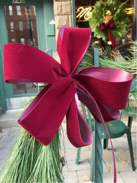 I love the look of maroon bows!